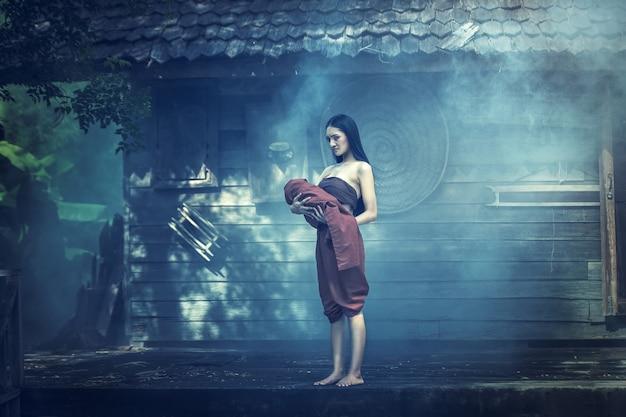 Legende van mae nak phra khanong. thais spookconcept, horrorscène van enge vrouw met haar babyspook