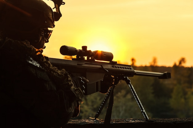 Leger scherpschutter op zoek naar vijand