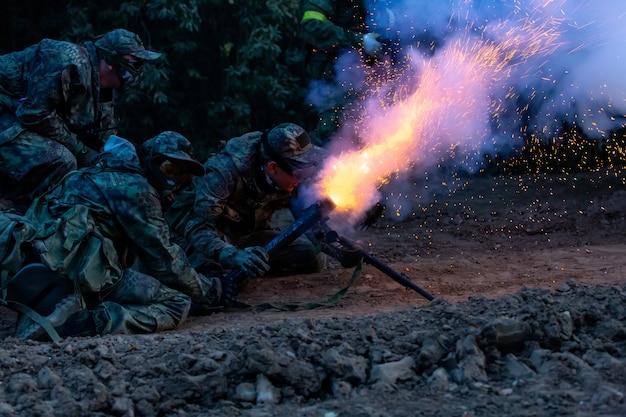 Legersoldaten tijdens de militaire operatie. oorlog, leger, technologie en mensenconcept