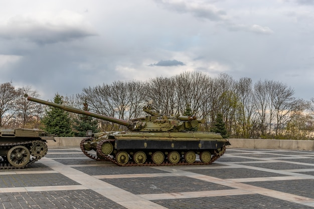 Legertank in nationaal museum van oekraïense geschiedenis in de tweede wereldoorlog