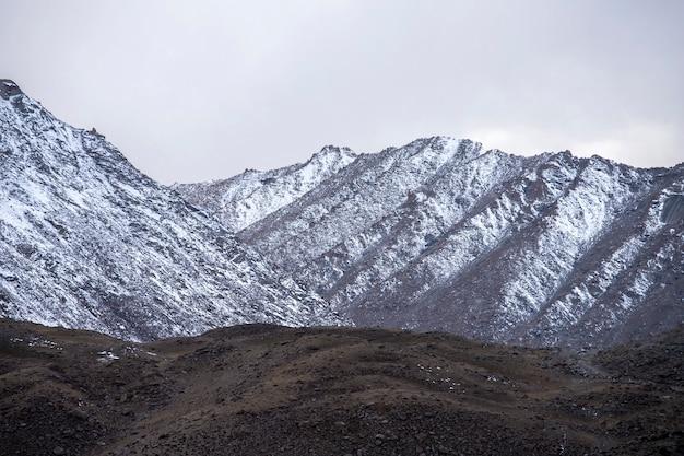 Leh ladakh, himalaya-gebergte en sneeuw en bewolkt in de regio ladakh, regio jammu en kashmir, noordelijk deel van india