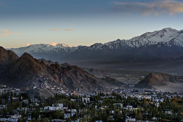 Leh ladakh stad scape met zonlicht