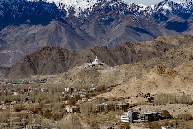 Leh ladakh-stad van kashmir in india met achtergrond van de berg van himalayagebergte tegen blauwe hemel