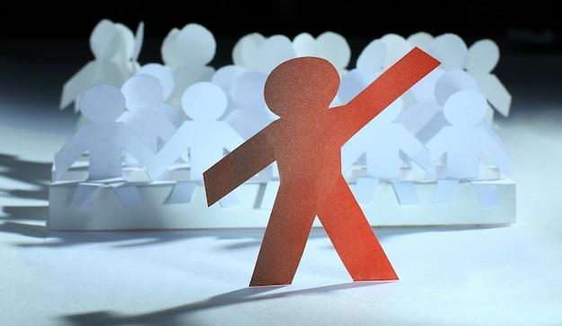 Leider die voor een groep papieren pop staat. foto met kopieerruimte