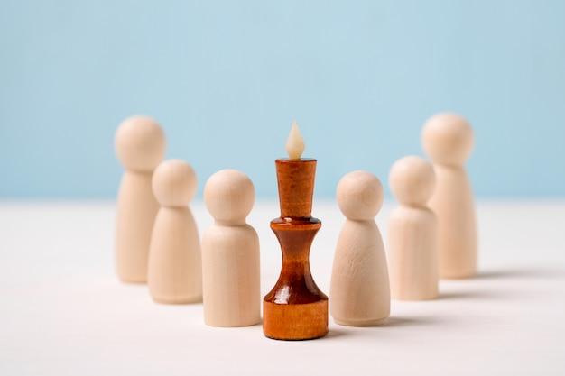 Leider, winnaar concept. competent supervisor. houten figuren voor de koning.