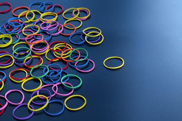Leiderschap bedrijfsconcept gele kleur rubberen band leiden andere kleur met kopie ruimte