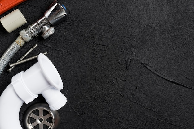 Leidingen voor loodgieterswerk op donkere lijst