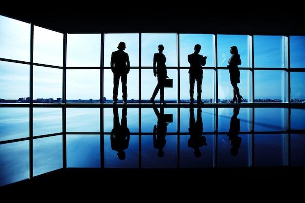 Leidinggevenden in een vergaderruimte