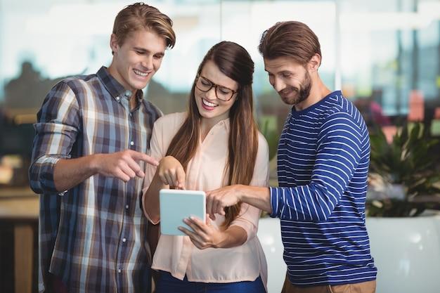 Leidinggevenden met behulp van digitale tablet op kantoor