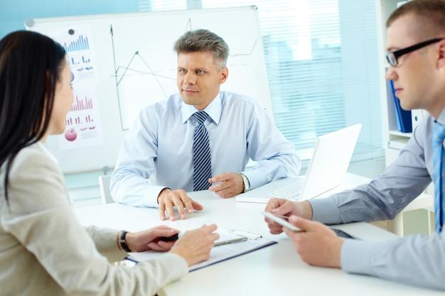 Leidinggevenden praten over een business-strategie