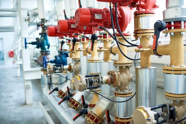 Leidingsysteem bij moderne fabriek