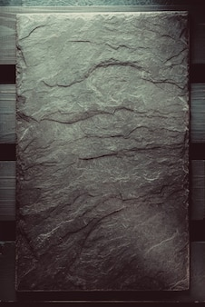 Leisteen bij houten textuur als achtergrond