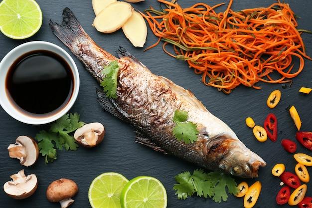 Leisteen bord met heerlijke vis, saus en ingrediënten