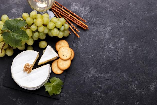 Leisteen bord met kaas brie