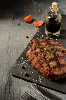 Lekker biefstuk tegen een donkere achtergrond