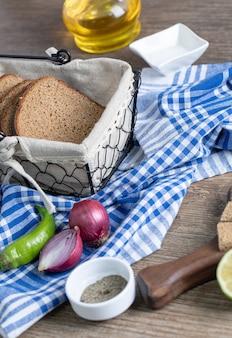 Lekker bruin brood met ui en hete peper op tafellaken