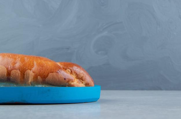 Lekker eigengemaakt gebak op blauw bord.