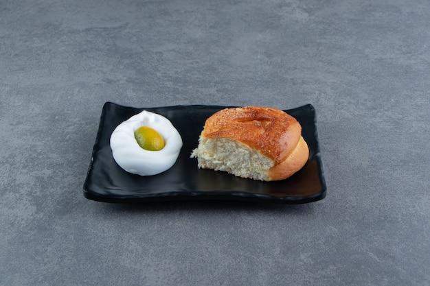 Lekker eigengemaakt vers broodje op zwarte plaat. Gratis Foto
