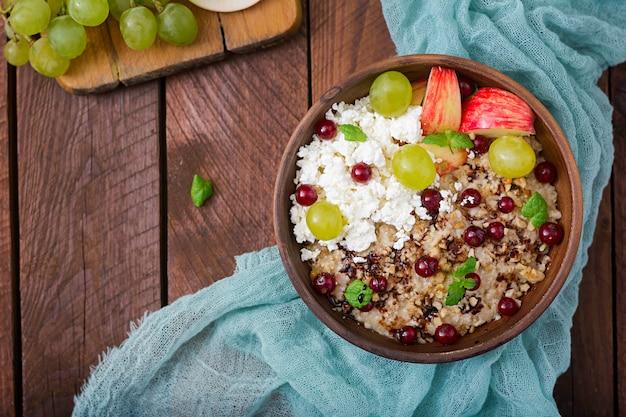 Lekker en gezond havermout met druiven, noten, appels en kwark. gezond ontbijt. fitness eten. goede voeding