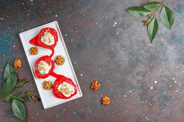 Lekker en gezond kweepeer dessert, traditionele turkse zoetigheden, bovenaanzicht