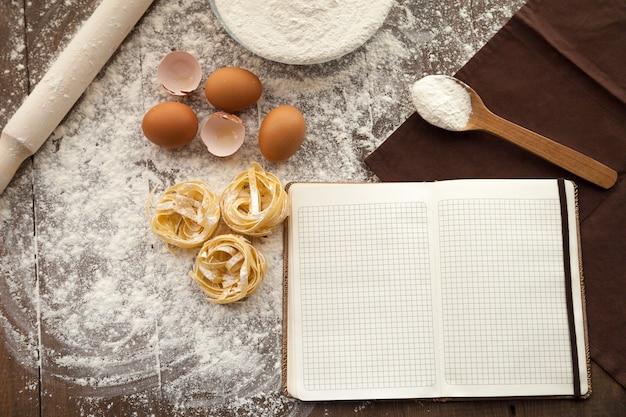 Lekker eten koken en recept opschrijven in open briefje.