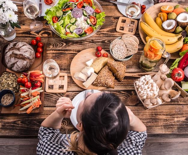 Lekker eten met vrienden. bovenaanzicht van groep mensen samen eten