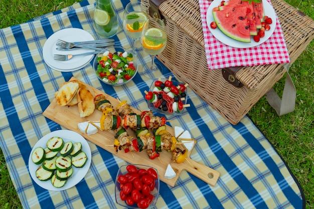 Lekker eten op een geruite deken voor de picknick