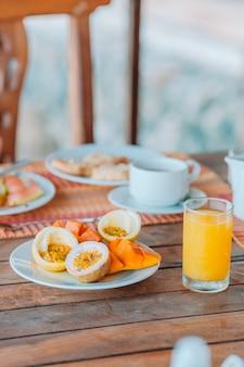 Lekker exotisch fruit - rijp passievrucht, mango bij het ontbijt bij restaurant buiten