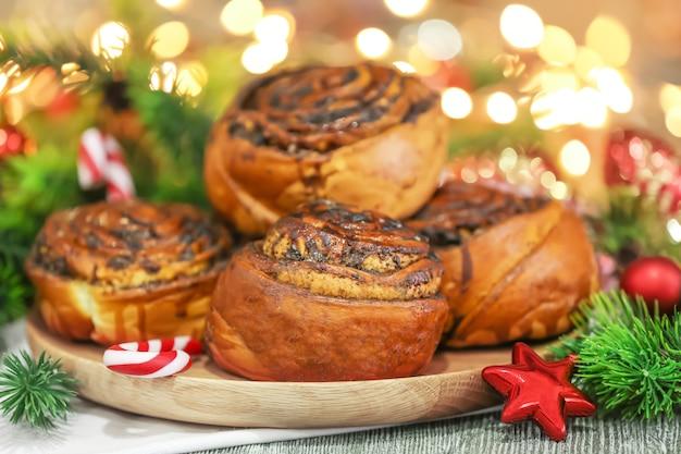 Lekker gebakje met maanzaad op houten bord