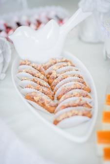 Lekker gebakken snoep staat op lange witte schotel