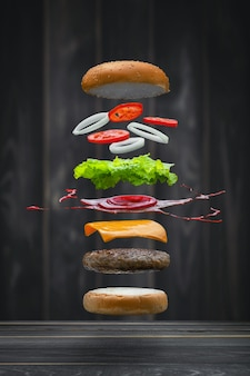 Lekker gegrild rundvlees hamburger eten drijvend