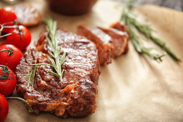 Lekker gegrild vlees met tomaten en kruiden op perkament