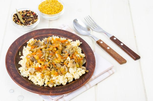 Lekker gekookt pap met groenten en champignons