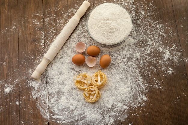 Lekker koken met kippeneieren, bloem en pasta. uitzicht van boven.