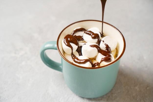 Lekker kopje koffie met marshmallow gegoten met warme chocolademelk.