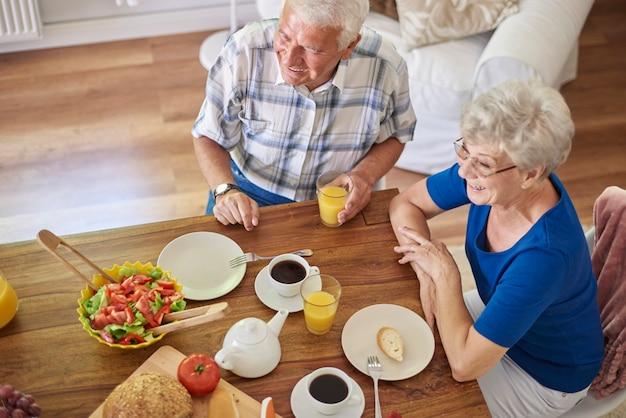 Lekker ontbijt in gezelschap van geliefde