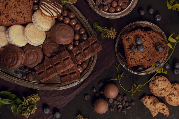 Lekker plat assortiment van gemengde chocolade