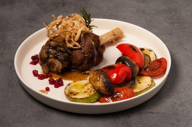Lekker vlees op het bot met gegrilde groenten en bessensaus