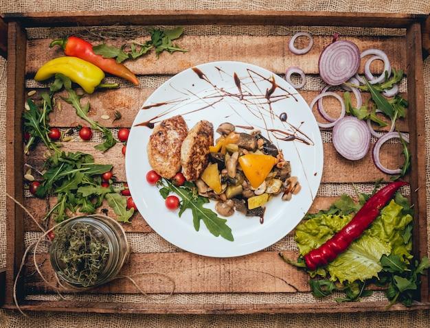 Lekker vlees rolt met zure room en salade op houten tafel