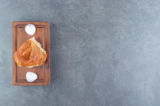 Lekker zelfgemaakt gebak en room op een houten bord.