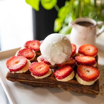 Lekkere aardbeiensnack, garneer op de houten plaat