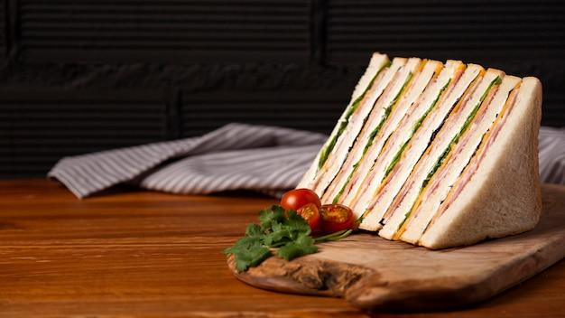 Lekkere broodjes op een houten bord