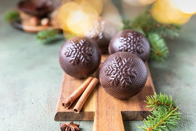 Lekkere cacaobommen met marshmallow en chocolade met dennentakken en kruiden trendy winterdrankje