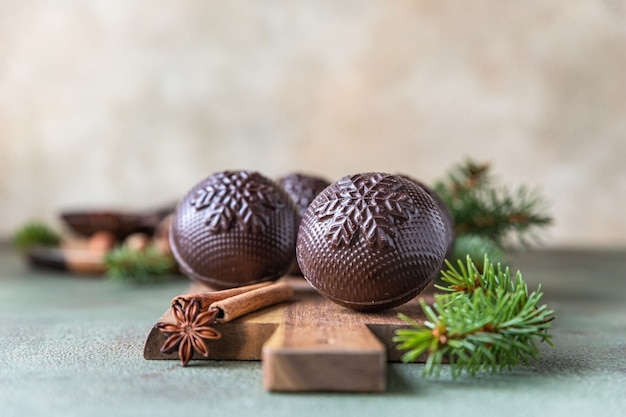 Lekkere cacaobommen met marshmallow en chocolade met dennentakken trendy winterse warme drank