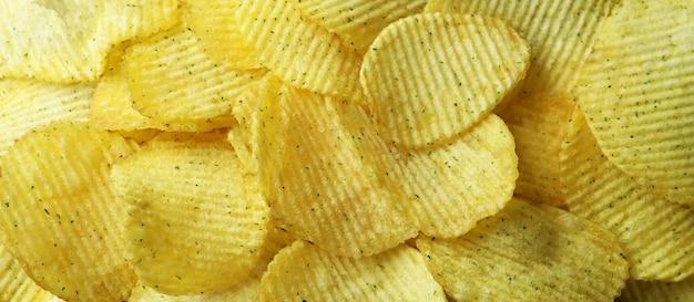 Lekkere chips over het hele oppervlak, close-up
