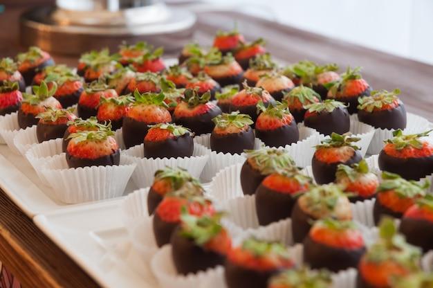 Lekkere chocolade bedekte aardbeien bij de receptie close-up geselecteerde focus
