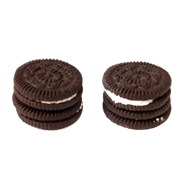 Lekkere chocolade koekjes met room op witte achtergrond