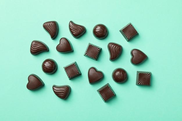 Lekkere chocolade snoepjes op munt, bovenaanzicht