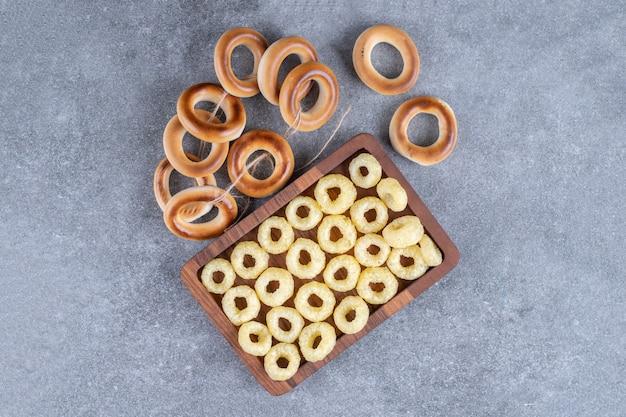 Lekkere cirkelcrackers op houten bord