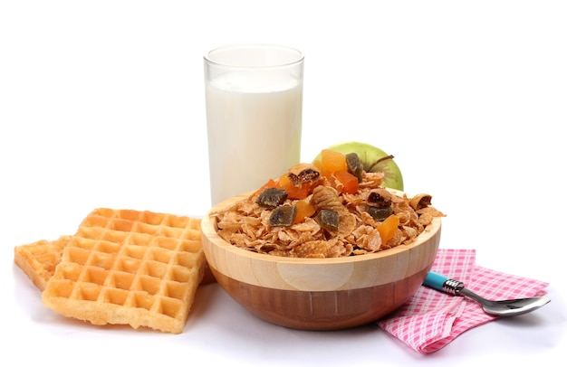 Lekkere cornflakes in houten kom, appels en glas melk geïsoleerd op wit